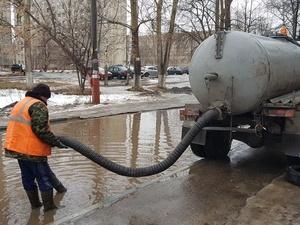 Коммунальщики откачали больше тысячи кубометров воды с улиц Автозаводского района