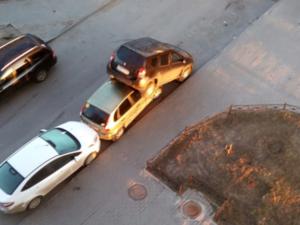 Лихач протаранил десять автомобилей и припарковался прямо на одной из них (ФОТО)