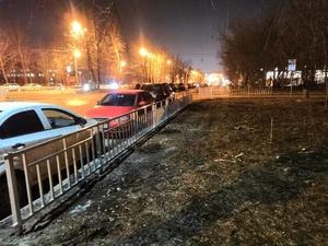 170 метров забора на улице Ванеева установили, чтобы спасти газон от автомобилей
