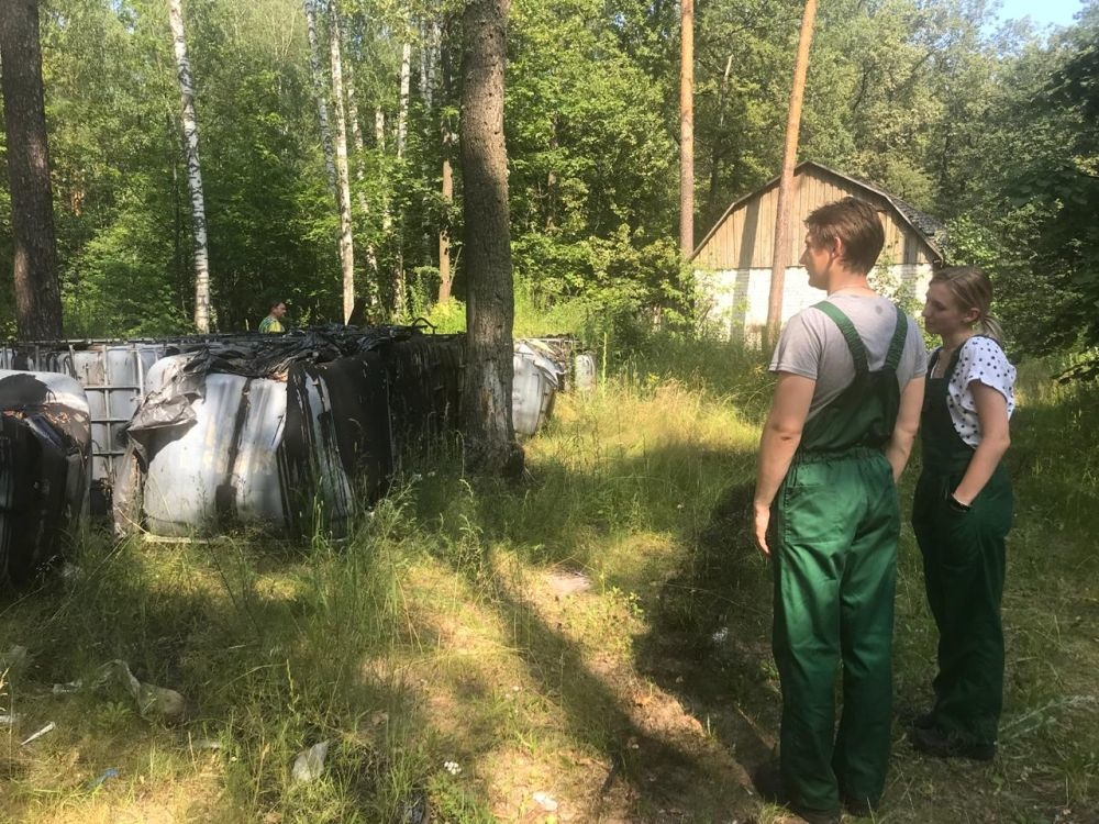 Свалку цистерн с нефтепродуктами обнаружили жители в борском лесу - фото 1
