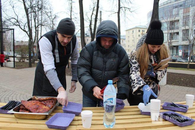 Чемпионы по поеданию ребрышек съели порцию за три минуты в Чернопрудском сквере - фото 36