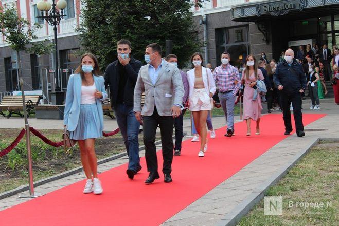 Маски на красной дорожке: звезды кино приехали на «Горький fest» в Нижний Новгород - фото 17