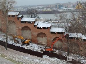 Тяжелая техника бездействует у стен нижегородского Кремля