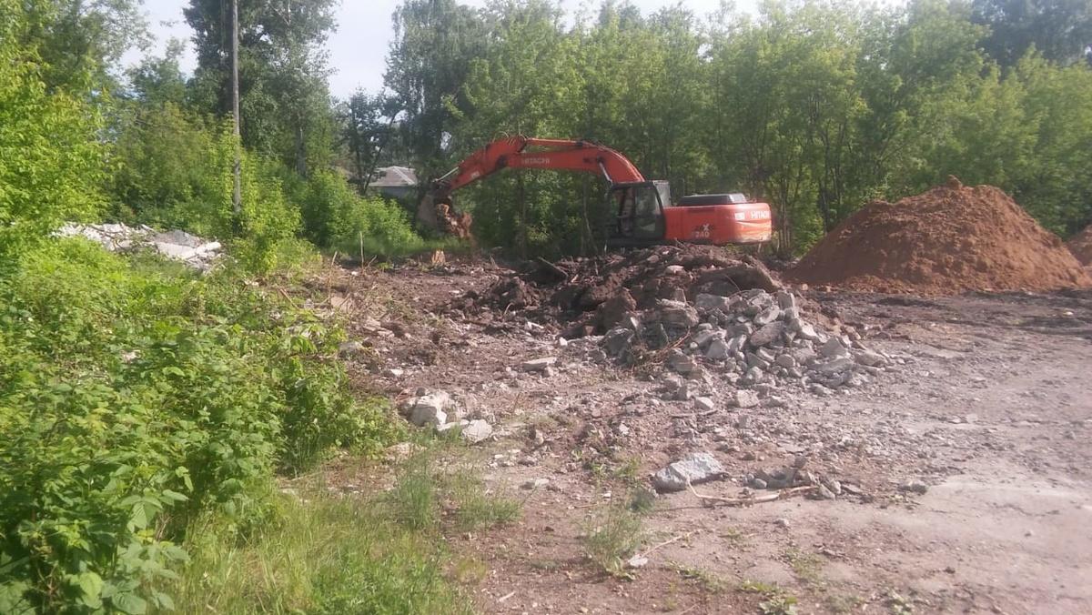 Аварийные постройки сносят на стадионе «Красная Этна» в Ленинском районе - фото 1