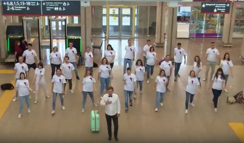 Нижегородский молодежный хор и #ГруппаПокровский устроили флешмоб на Московском вокзале - фото 1