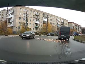 Водитель «посеял» булки и буханки на дороге в Дзержинске