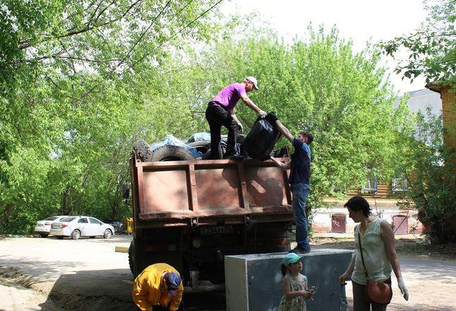 Грузовик мусора вывезли из Почаинского оврага в ходе субботника - фото 5