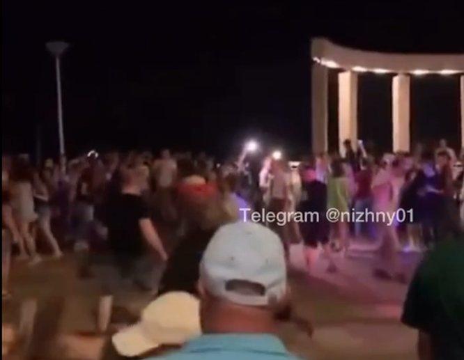 Соцсети: вечеринка на Нижне-Волжской набережной переросла в массовую драку с иностранцами - фото 1
