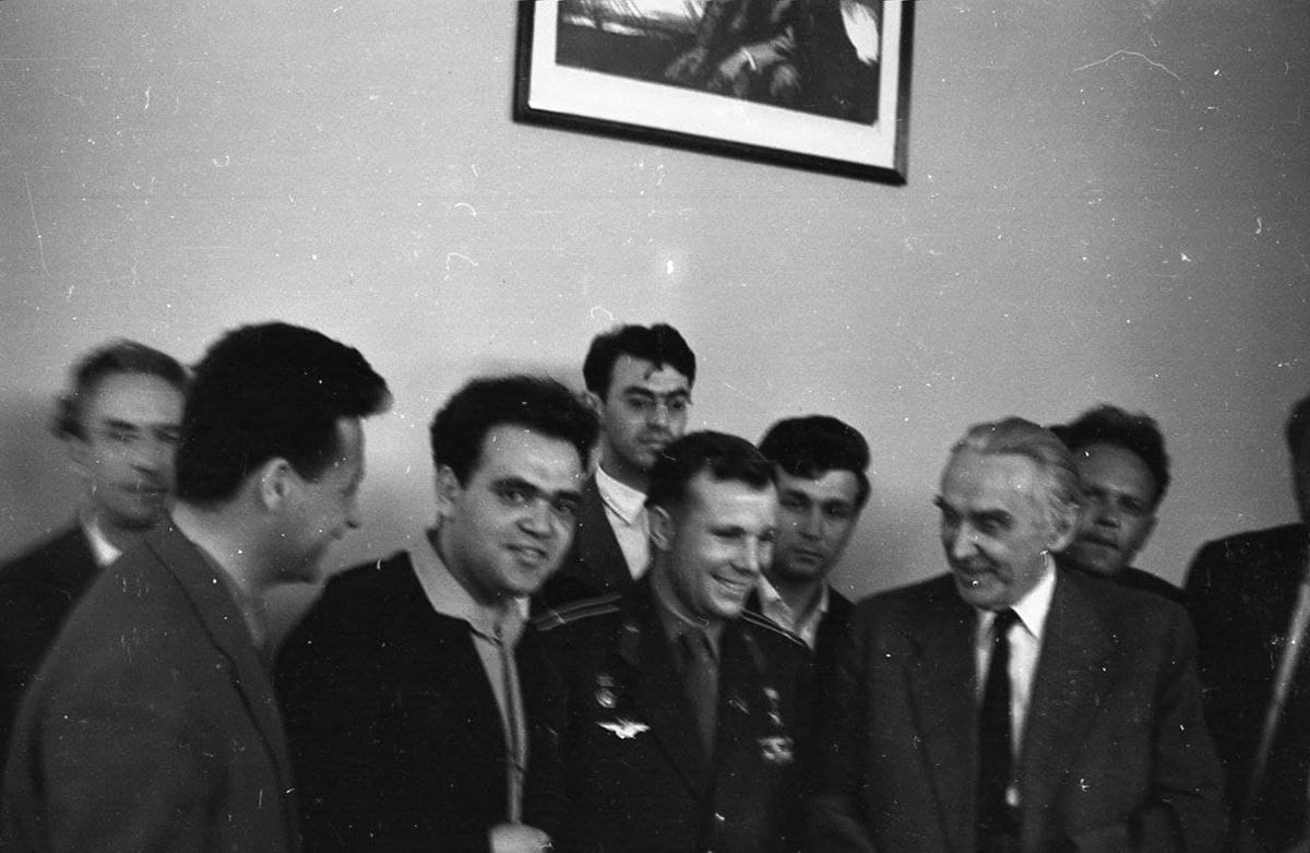 С Ю.А. Гагариным 7 мая 1963 года Москва. Держу Гагарина за рукав. За ним Юрий Адрианов, К.А. Федин