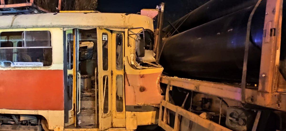 Нижегородцев госпитализировали после столкновения трамвая с грузовиком в Сормове - фото 2