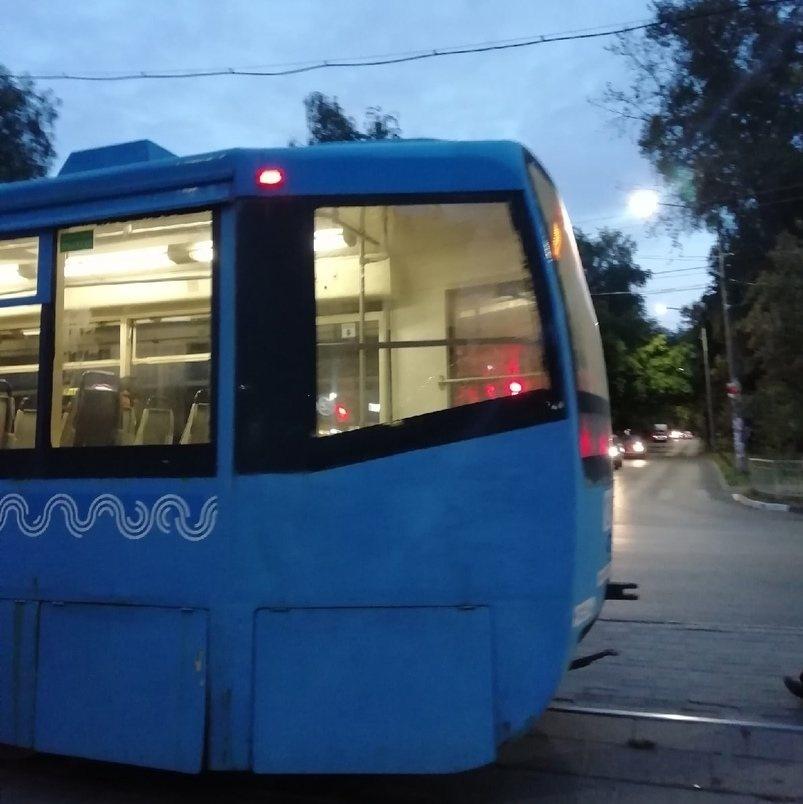 Разбившего камнем окно трамвая хулигана ищут в Нижнем Новгороде - фото 1