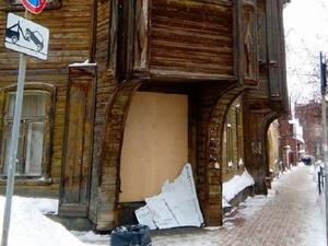 Неизвестные разломали плакат на выставке художественной консервации домов в Нижнем Новгороде