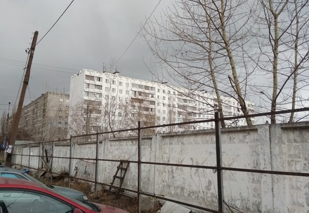 Вокруг долгостроя на улице Есенина демонтируют бетонный забор